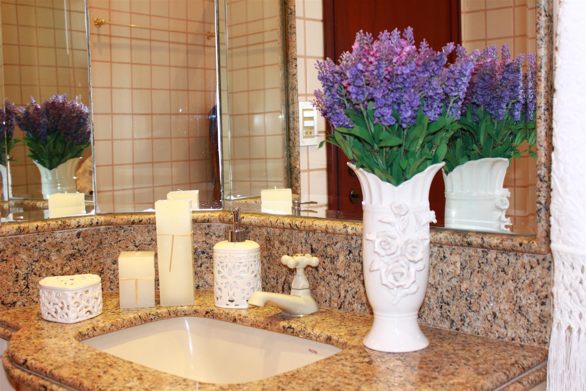 decoracao no lavabo:Peças em provençal, decoração lavabo, plantações de lavanda
