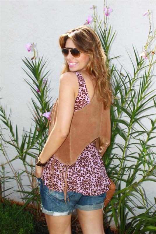 Sarah Leão - look do dia - almoço de domingo - blusa de seda - short boy - colete de couro