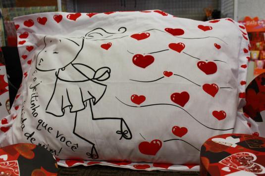 Dica presente namorados, pijamas love, canecas personalizadas, cetas de temas, almofadas, vinho, taças, coração, brincadeiras de amor