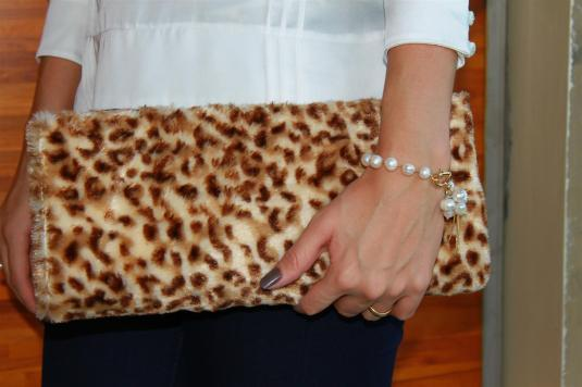 Look calça flare, pulseira de perola, bata de seda perolada, echarpe camelo,look fim de semana, carteira de onça