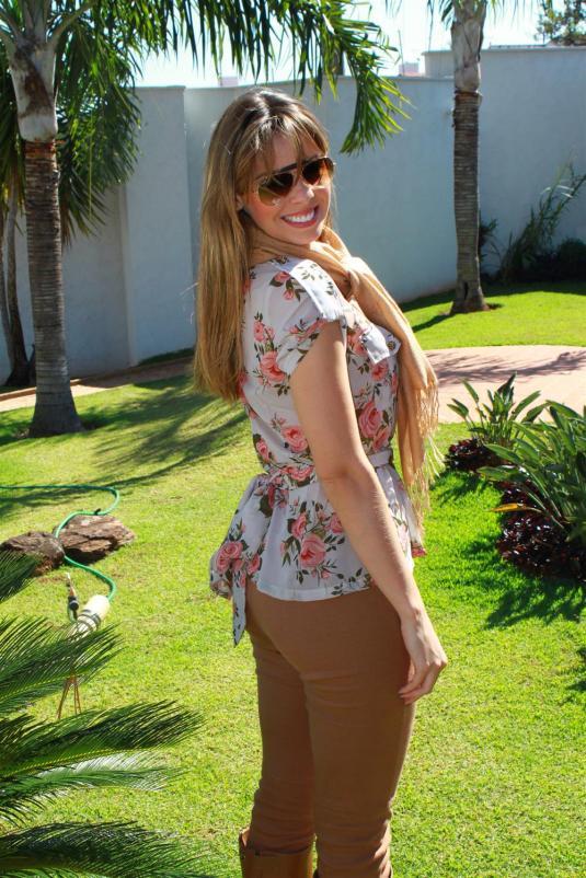 Look calça montaria, look camelo, camisa seda floral, encharpe camelo