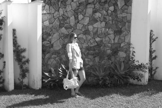 Look cavera, camisa branca com babado, bolsa balenciaga, bolsa cavera, short boy, orford cinza, max blazer, look trabalho, sobreposição de peças