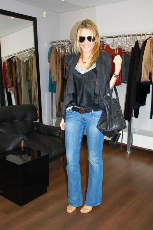 Look despojado, blusa couro, calça flare, bolsa balenciaga