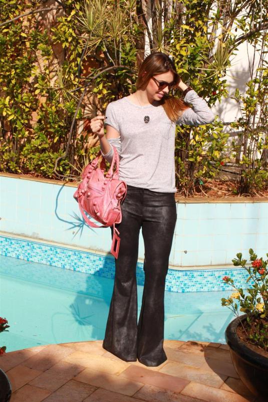 Look do dia, look calça flare, bolsa balenciaga rosa, colar cavera, blusa manga comprida