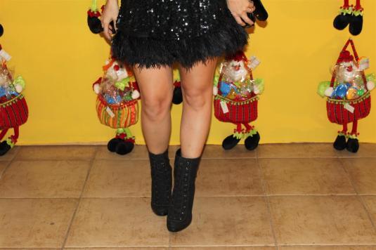 Look festa, saia plumas, blusa paete, bota meio-termo, bolsa, make up preta