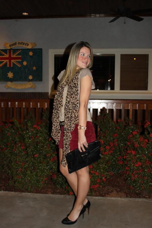 Look noite, outback, encharpe onça, bolsa, calça flare, jaqueta couro, bolsa onça, camisa seda