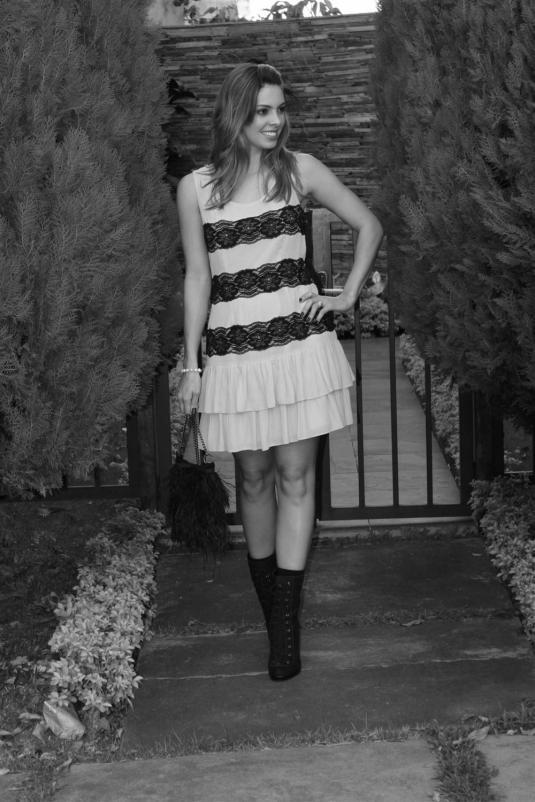 Look romantica, bolsa de plumas, acessorio de cabelo, bota meio termo, vestido com renda