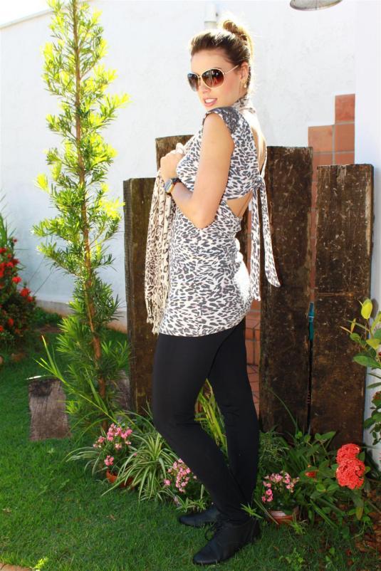 Mix de estampa, lenço onça, calça montaria preta, look despojado, coque, blusa renda, blusa onça c decote