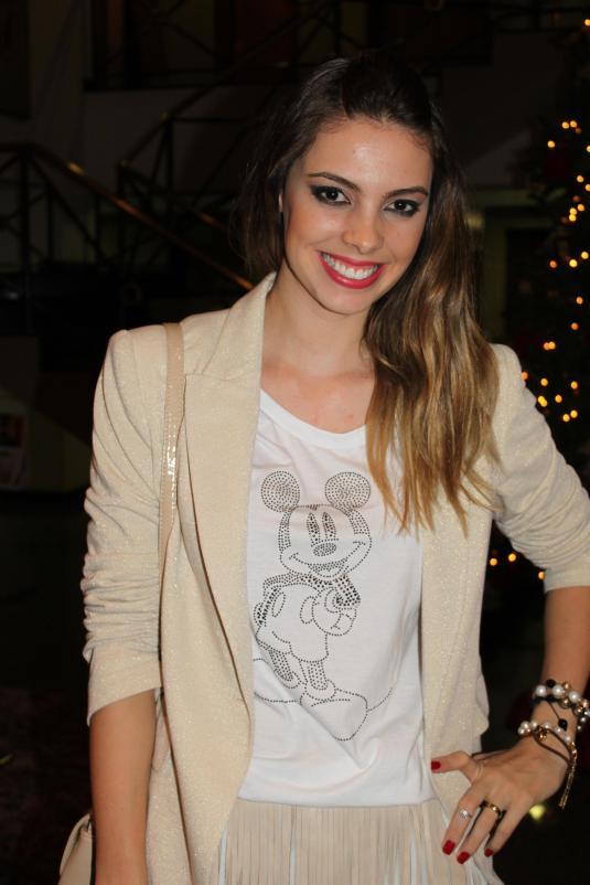 Look camiseta + saia couro