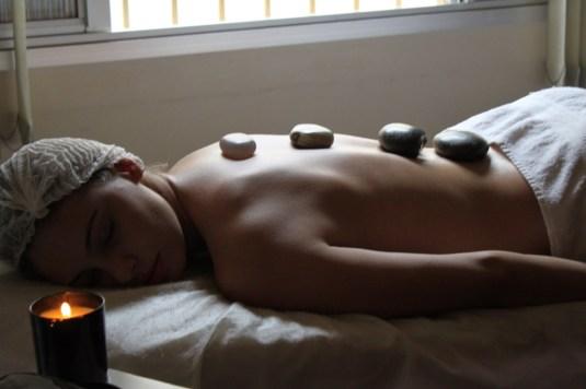Massagem com pedras- sarah leão- Blog Sarah Leão- Clinica